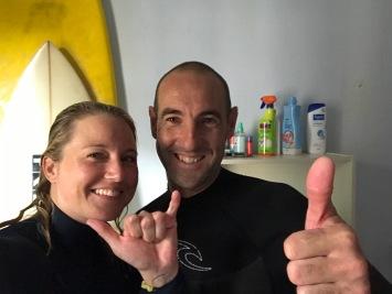 Glücklich nach dem Surfen mit Joseba